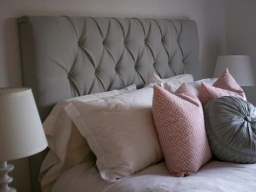 Мягкое изголовье кровати в спальне