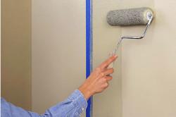 Грунтовку стен необходимо начать с углов и примыкания стен к потолку.