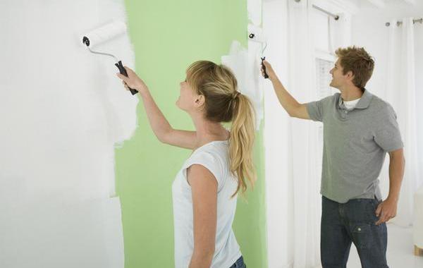 Покраска стены в комнате
