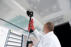 Очищение потолка от краски