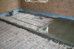 Для стяжки необходимо смешать цемент и песок.