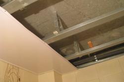 Прежде чем крепить потолочные панели необходимо смонтировать для них каркас.