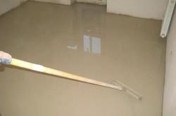 Выравнивание бетона гладилкой