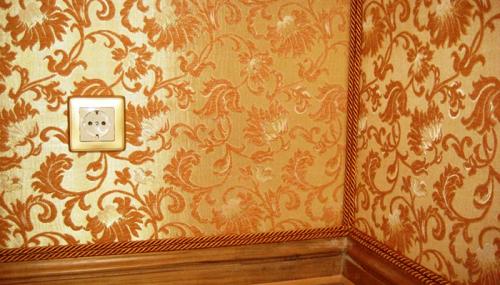 Стены, обклеенные текстильными обоями