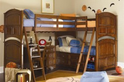двухъярусная детская кровать в классическом оформлении