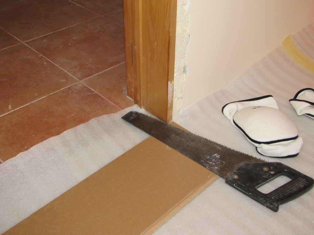Укладка ламината около двери