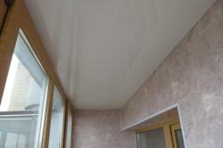 Глянцевый потолок из пластиковых панелей