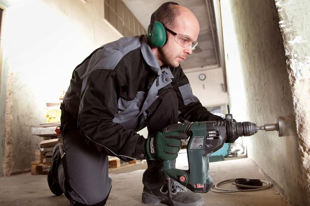 Для того, чтобы просверлить отверстие на бетонном основании, необходим перфоратор. С помощью него Вы сделайте работу намного быстрее и качественнее.