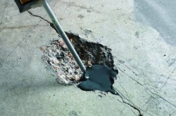 Выбоины и трещины на бетонном полу