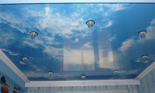 Потолок с изображением неба в детской