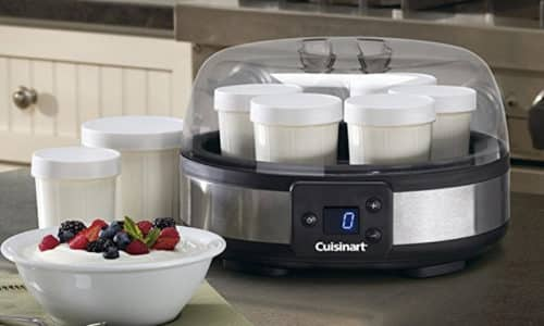 Для приготовления домашнего йогурта можно использовать специальную йогуртницу